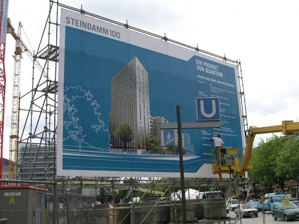 100qm Banner an Gerüstkonstruktion